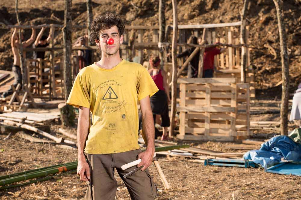 Zadiste clown menuisier construisant des cabanes sur le site décapé du futur barrage de Sivens