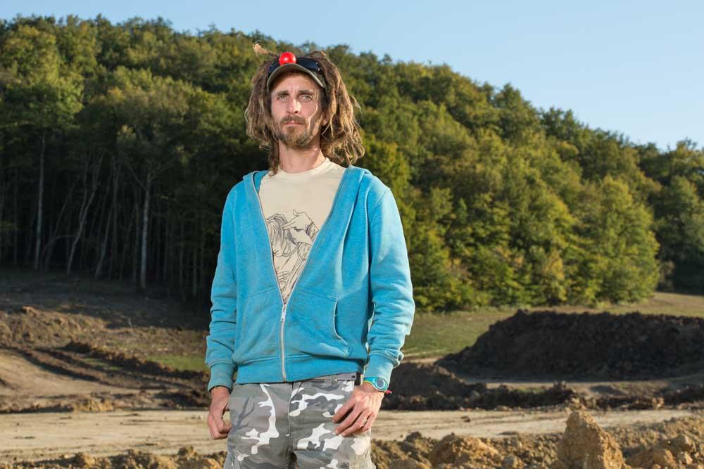 Zadiste clown sur le site décapé du futur barrage de Sivens