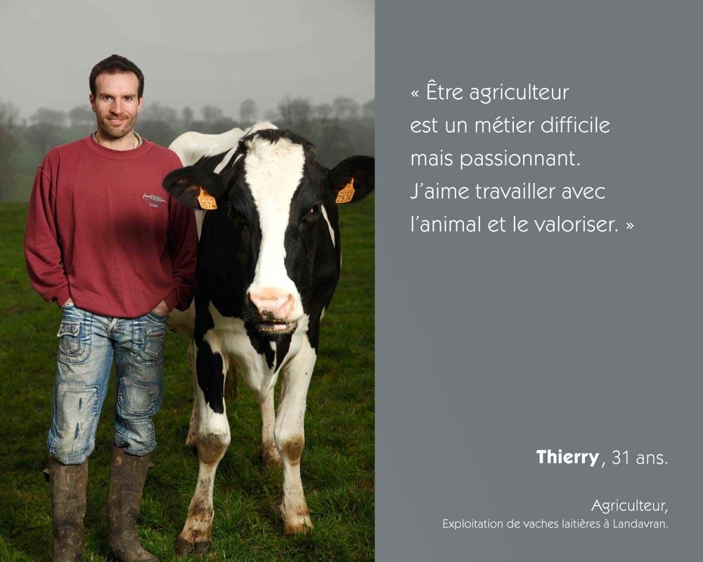 Un agriculteur breton producteur de lait pose avec une prim'holstein