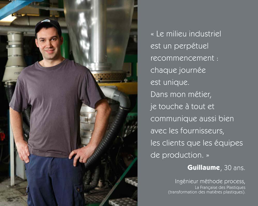 Un jeune ingénieur méthode process est dans une chaine de La Française des Plastiques