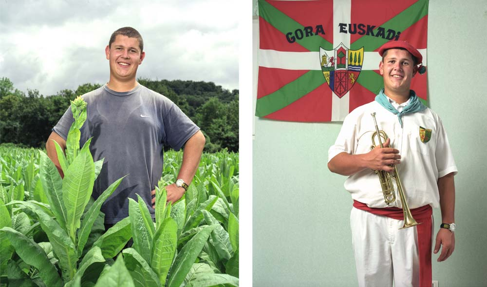 Double je un apprenti en BTS Productions végétales pose dans un champ de tabac puis chez lui devant le drapeau basque en vêtement traditionnel de sa banda, une trompette à la main