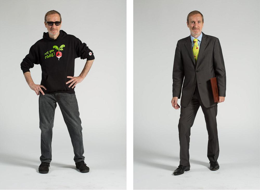 un maitre d'hôtel pose en pied sur fond uni en habit de ville puis en vêtement de travail