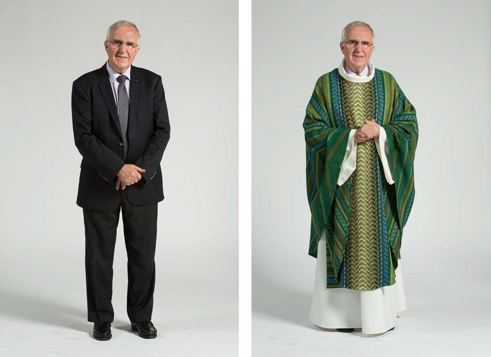 un prêtre pose en pied sur fond uni en habit de ville puis vêtement sacerdotal