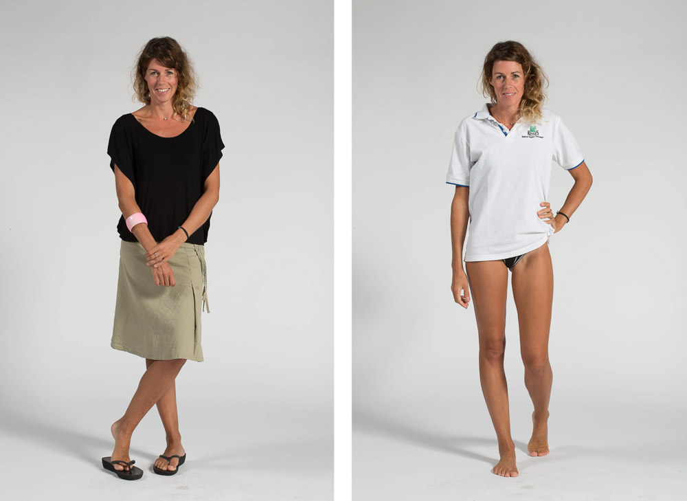 une maître nageur pose en pied sur fond uni en habit de ville puis en maillot de bain