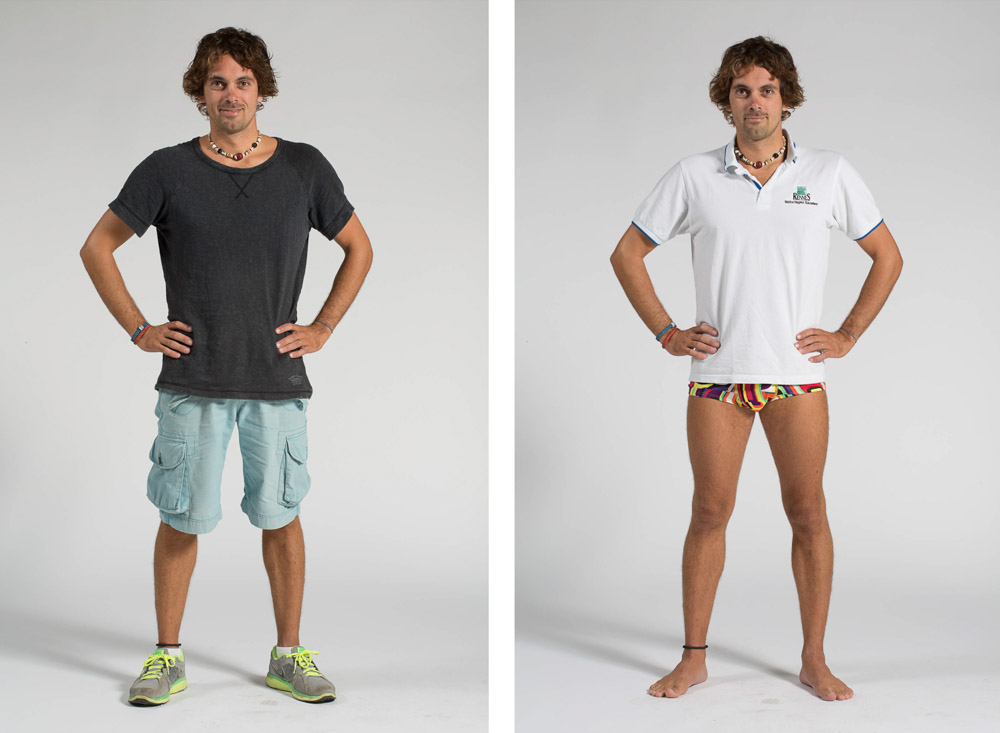 un maître nageur pose en pied sur fond uni en habit de ville puis en maillot de bain