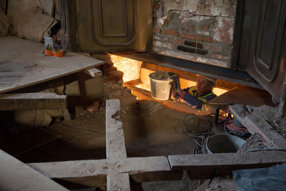 Chantier de rénovation Musée Toulouse-Lautrec d'Albi évacuation des gravats par la cheminée