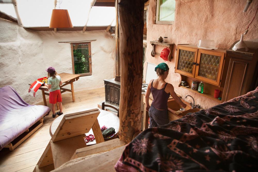 Vivre et habiter autrement Une maison en terre cachée dans les Pyrénées