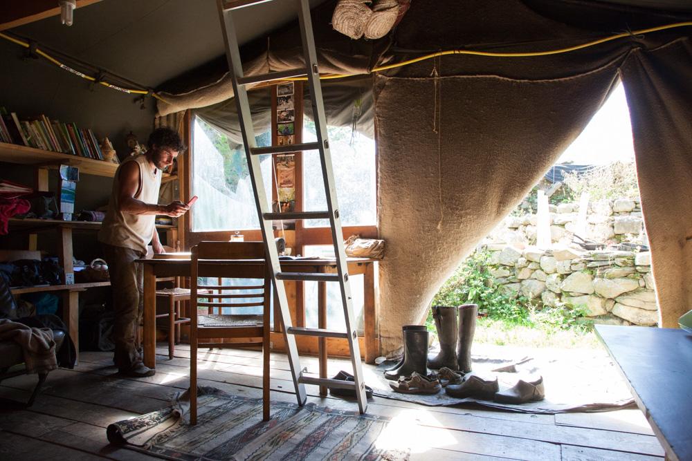 Vivre et habiter autrement. Le maraicher vit dans une ancienne tente de l'armée située en haut d'un col pyrénéen