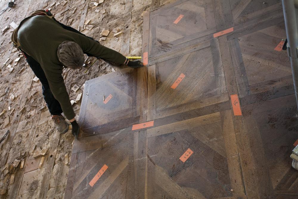 Chantier de rénovation Musée Toulouse-Lautrec d'Albi montage des parquets classées du XVI siècle