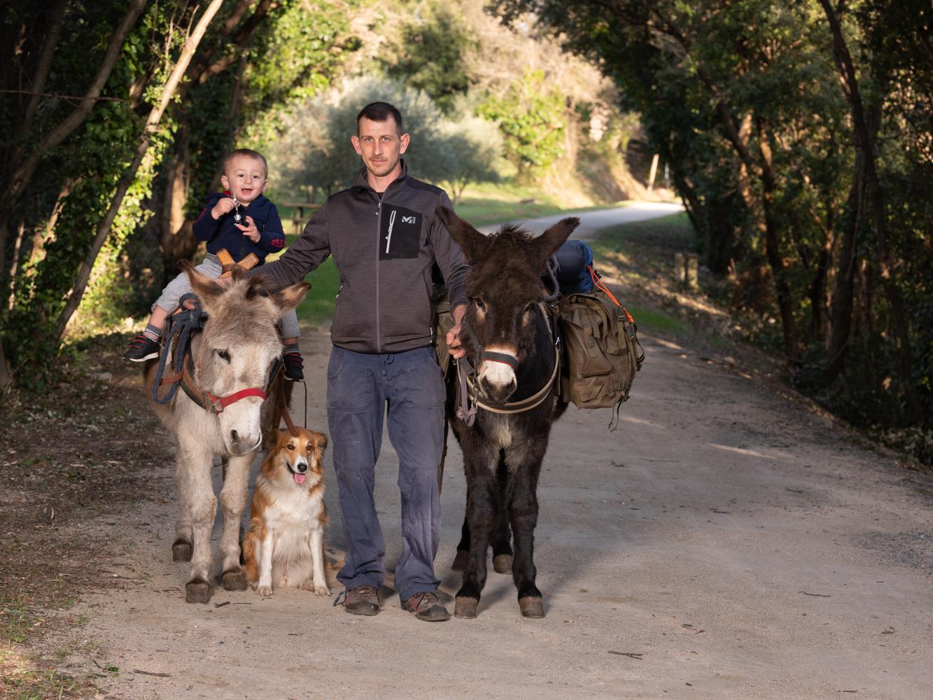 Sylvain, ânier et son fils Luka usagers voie verte Parc naturel Haut-Languedoc région Occitanie