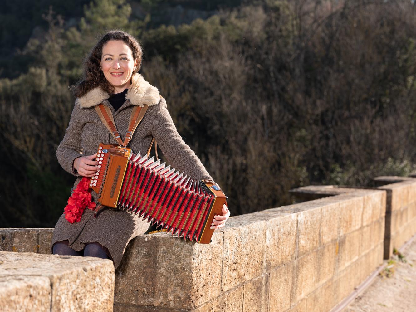 Hélène , musicothérapeute accordéoniste, Lamalou les bains usagers voie verte Parc naturel Haut-Languedoc région Occitanie