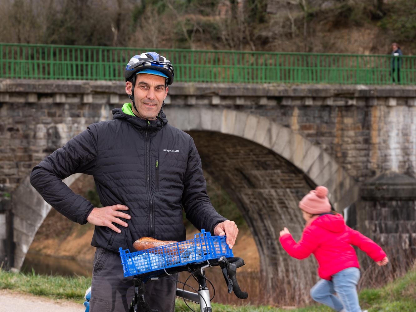 Cédric, comédien, à vélo au Pont de l'Arm