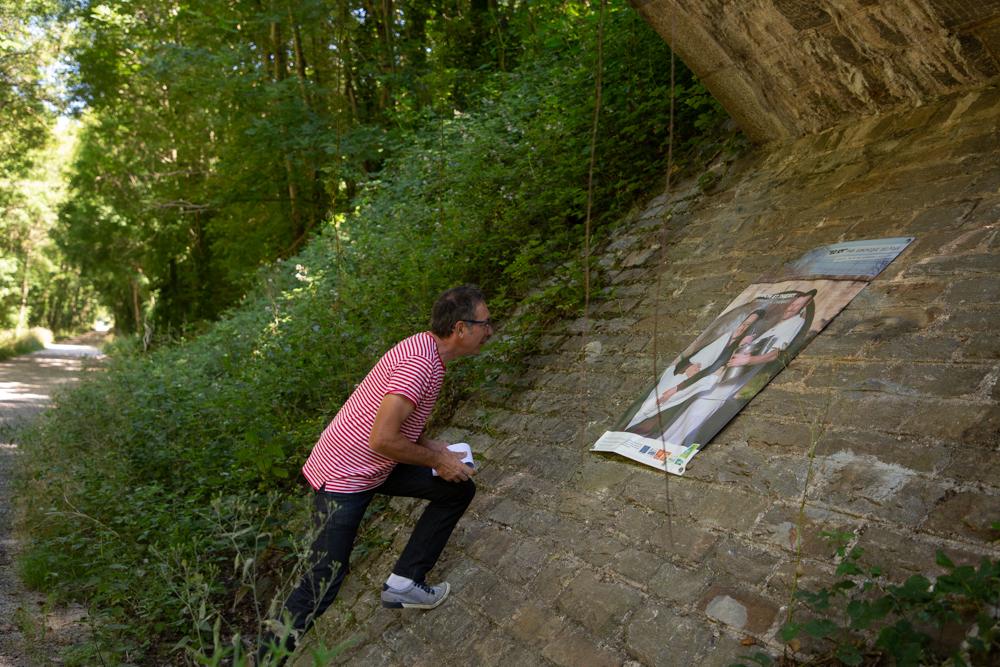 Dominique Delpoux visite l'exposition 80 kilomètres sur la Voie Verte