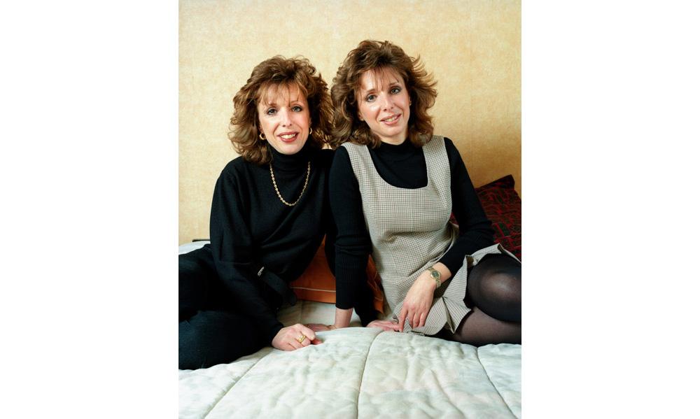 Jumelles chez elles posant sur leur lit