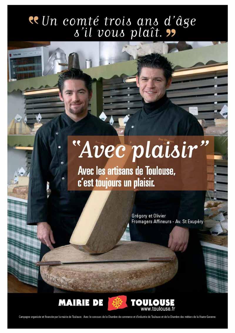 Dans leur fromagerie deux frères fromagers nous présentent une forme de fromage