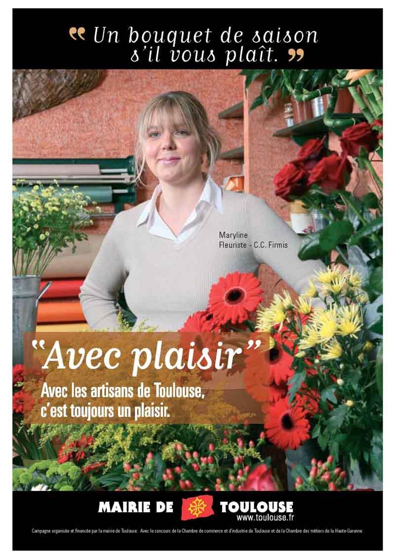 la fleuriste est entourée de belles fleurs dans sa boutique