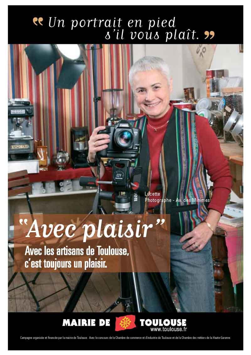 La photographe dans son studio pose derrière son appareil photo
