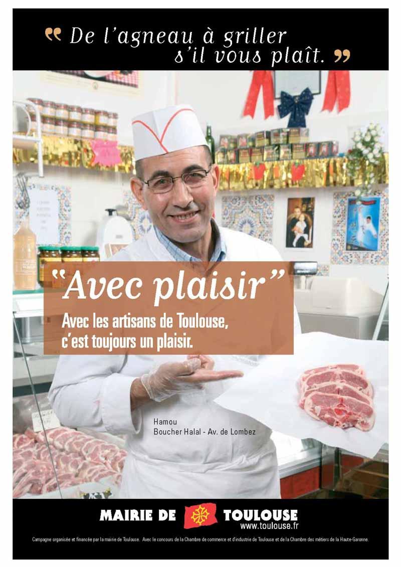 Dans sa boucherie Halal, le boucher nous présente des côtelettes d'agneau