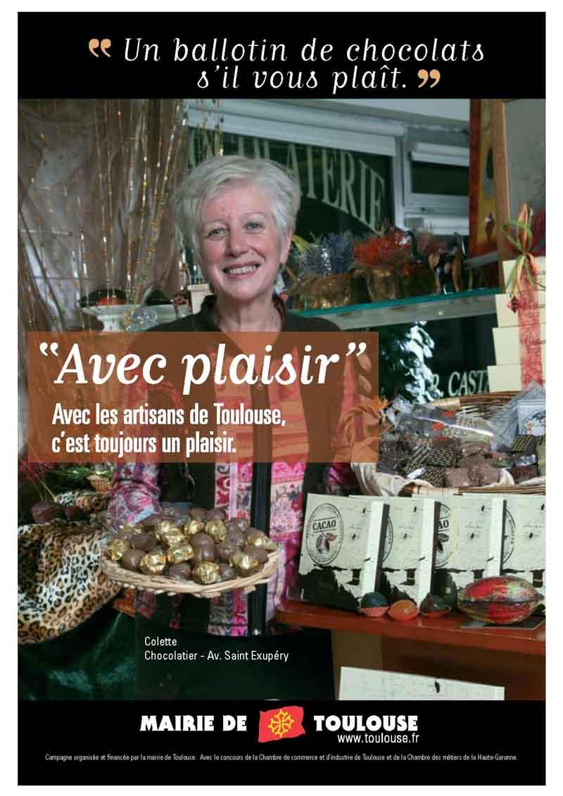 La chocolatière pose avec ses produits dans la chocolaterie