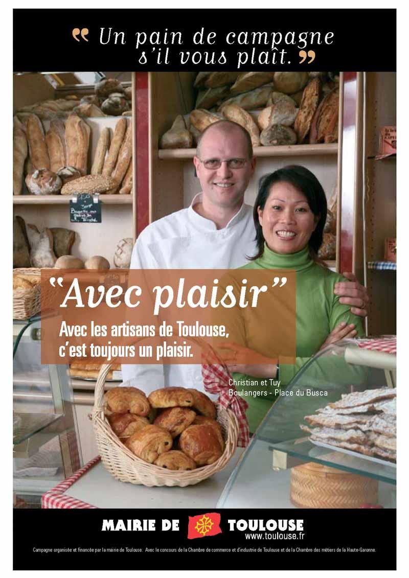 Un couple de boulanger posent dans leur boulangerie pour cette campagne de communication de la ville de Toulouse