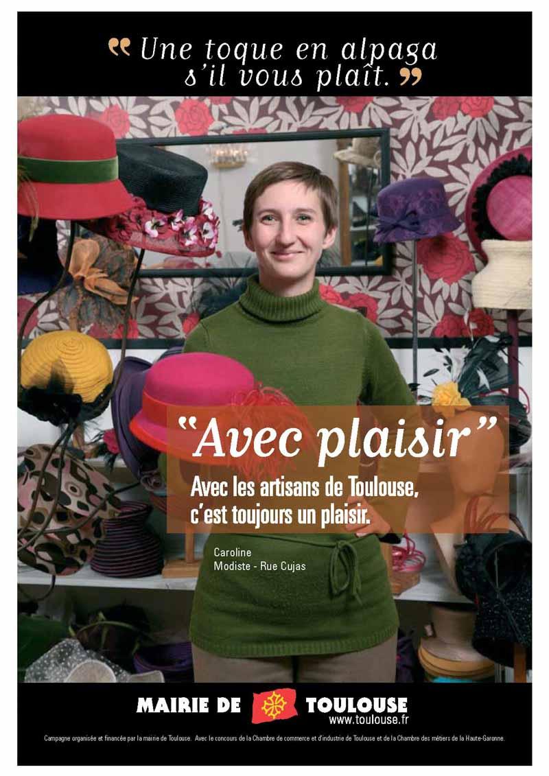 Une modiste pose dans sa boutique un chapeau à la main pour cette campagne de communication de la ville deToulouse et de la chambre de Commerce et d'Industrie de Haute-Garonne