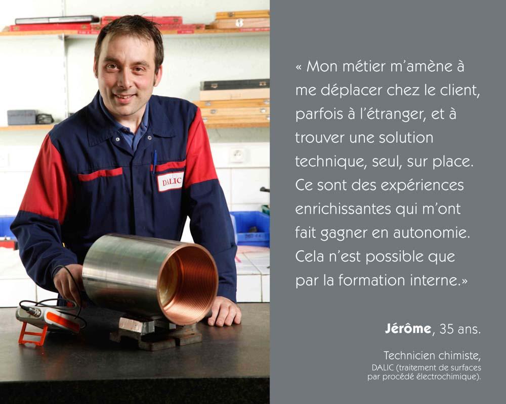 Un technicien chimiste procède à un traitement de surface métallique par procédé électronique chez Dalic