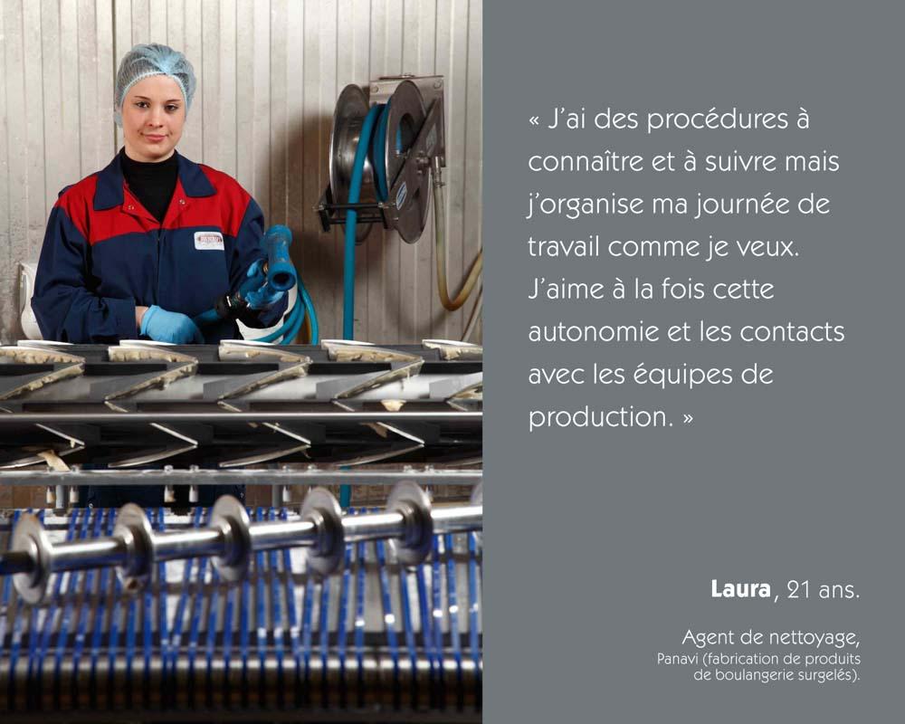Dans une boulangerie industrielle, une agent de nettoyage nettoie des convoyeurs