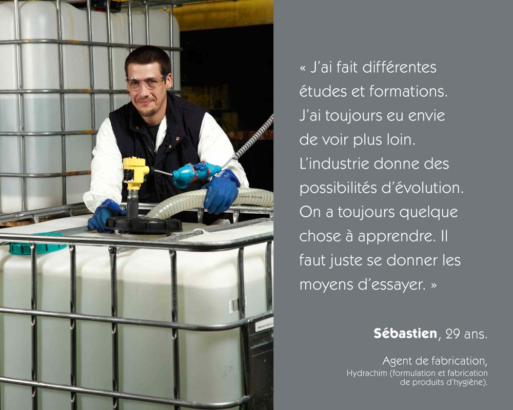Un agent de fabrication remplit une cuve de produit chimique chez Hydrachim