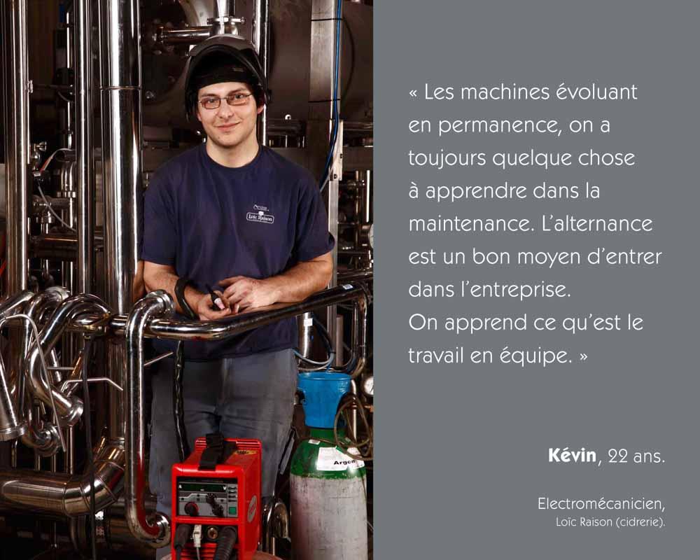 Un jeune électromécanicien travaille sur une chaine automatisée chez Loïc Raison