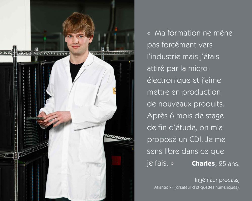 Un jeune ingénieur process de chez Atlantic Rf tient une carte électronique à la main