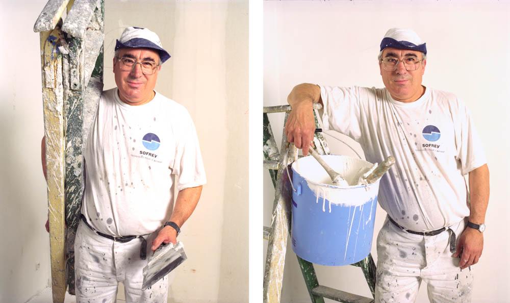 peintre posant sur son lieu de travail