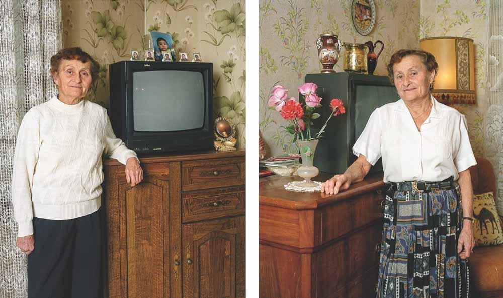 Jumelles posant devant leur télévision dans leur séjour