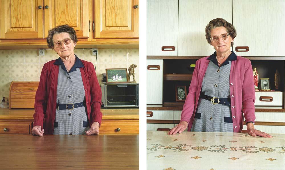 Jumelles posant dans leur cuisine