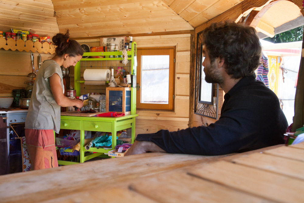 Vivre et habiter autrement Une yourte douillettement aménagée dans les Pyrénées
