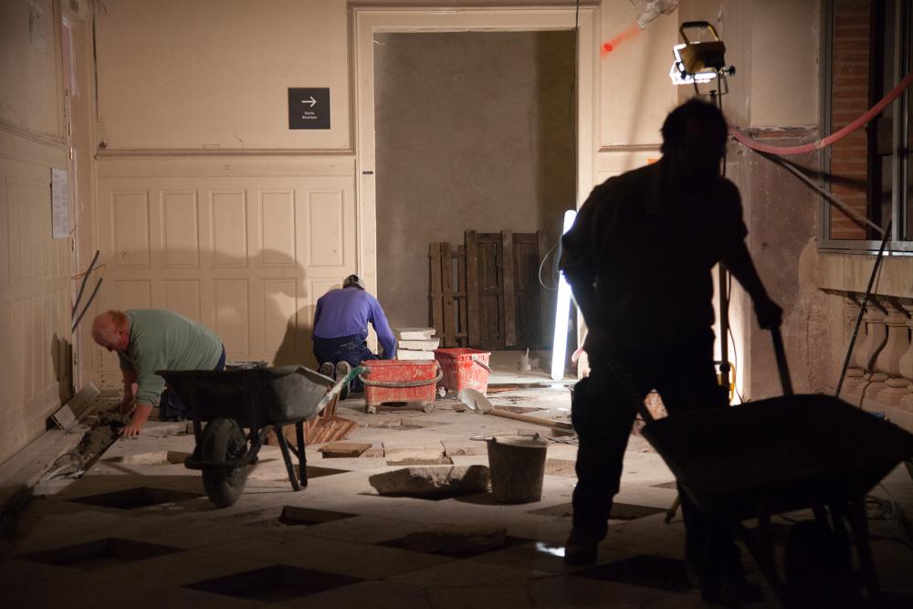 Chantier de rénovation Musée Toulouse-Lautrec d'Albi les carreleurs travaillent